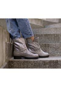 Szare botki Zapato wąskie, na klamry