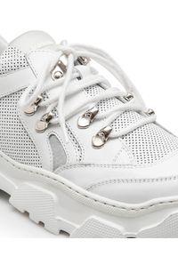 Baldinini - BALDININI - Białe sneakersy z srebrnymi detalami. Okazja: na co dzień. Nosek buta: okrągły. Zapięcie: sznurówki. Kolor: biały. Szerokość cholewki: normalna