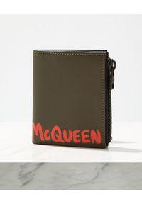 Alexander McQueen - ALEXANDER MCQUEEN - Czarny portfel z logo. Kolor: czarny. Wzór: aplikacja, nadruk