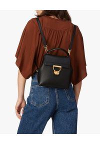 Coccinelle - COCCINELLE - Czarny skórzany plecak Arlettis. Kolor: czarny. Materiał: skóra. Wzór: paski