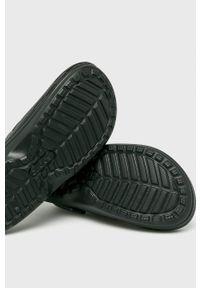 Crocs - Klapki. Kolor: czarny. Materiał: guma