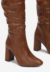 Born2be - Brązowe Kozaki Aravalur. Wysokość cholewki: przed kolano. Nosek buta: okrągły. Zapięcie: zamek. Kolor: brązowy. Szerokość cholewki: normalna. Obcas: na słupku. Styl: wizytowy, elegancki