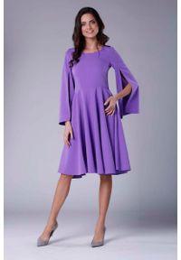 Nommo - Fioletowa Sukienka Midi z Wirującym Dołem i Rozciętym Rękawem. Kolor: fioletowy. Materiał: wiskoza, poliester. Długość: midi