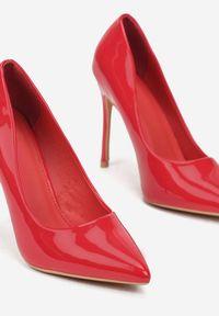 Renee - Czerwone Szpilki Veloya. Okazja: na spotkanie biznesowe. Nosek buta: szpiczasty. Zapięcie: bez zapięcia. Kolor: czerwony. Wzór: gładki. Materiał: lakier. Obcas: na szpilce. Styl: wizytowy, biznesowy, elegancki. Wysokość obcasa: średni