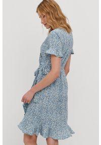 only - Only - Sukienka. Kolor: niebieski. Materiał: tkanina. Długość rękawa: krótki rękaw. Typ sukienki: asymetryczne