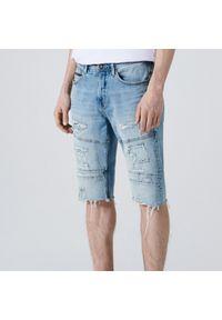 Cropp - Jeansowe szorty slim z dziurami - Niebieski. Kolor: niebieski. Materiał: jeans