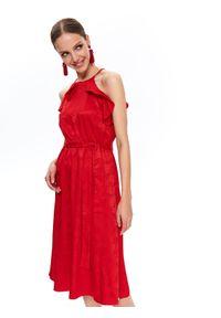TOP SECRET - żakardowa sukienka z falbaną. Okazja: na imprezę. Kolor: czerwony. Materiał: żakard. Długość rękawa: na ramiączkach. Wzór: aplikacja. Sezon: lato. Styl: wizytowy, elegancki