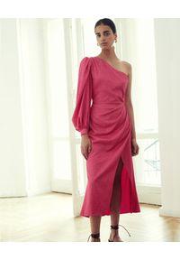 VICHER - Różowa sukienka midi na jedno ramię REIWA. Kolor: różowy, wielokolorowy, fioletowy. Materiał: bawełna, satyna. Typ sukienki: asymetryczne. Długość: midi