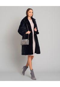 ALMAROSAFUR - Dwustronny płaszcz ze skóry owczej. Okazja: na co dzień. Kolor: czarny. Materiał: skóra. Długość rękawa: długi rękaw. Długość: długie. Wzór: gładki. Styl: klasyczny, casual