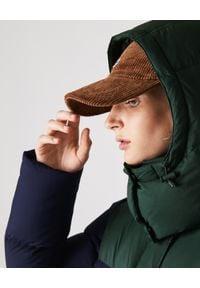 Lacoste - LACOSTE - Puchowy płaszcz z logo. Typ kołnierza: kaptur. Kolor: zielony. Materiał: puch. Wzór: nadruk. Sezon: zima, jesień