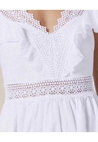 CHARO RUIZ IBIZA - Biała sukienka mini. Okazja: na co dzień. Kolor: biały. Materiał: koronka, bawełna, jeans. Wzór: koronka, haft, aplikacja, kwiaty. Sezon: lato. Typ sukienki: rozkloszowane. Styl: wakacyjny, casual. Długość: mini