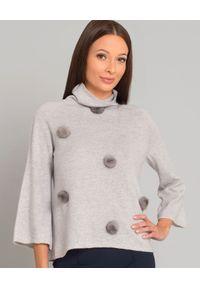 LE TRICOT PERUGIA - Kaszmirowy stylowy sweter z pomponami z naturalnego futra. Typ kołnierza: golf. Kolor: szary. Materiał: kaszmir, futro. Długość: długie. Wzór: aplikacja. Styl: elegancki