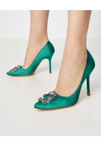 MANOLO BLAHNIK - Zielone szpilki Hangisi 10.5 cm. Zapięcie: klamry. Kolor: zielony. Materiał: satyna. Wzór: aplikacja. Obcas: na szpilce. Styl: wizytowy, klasyczny, elegancki. Wysokość obcasa: średni