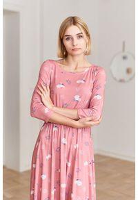 Marie Zélie - Sukienka Emelina Vesper różowa. Kolor: różowy. Materiał: wiskoza, dzianina, materiał, elastan, guma. Styl: klasyczny. Długość: midi
