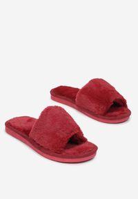 Born2be - Czerwone Kapcie Jilana. Nosek buta: okrągły. Zapięcie: pasek. Kolor: czerwony. Materiał: futro, materiał. Obcas: na płaskiej podeszwie