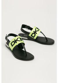 Czarne sandały DKNY bez obcasa, na klamry