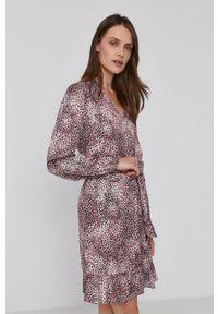 Pennyblack - Sukienka. Kolor: różowy. Materiał: materiał. Długość rękawa: długi rękaw. Typ sukienki: rozkloszowane