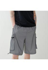Reserved - Szorty z odblaskowej tkaniny - Szary. Kolor: szary. Materiał: tkanina
