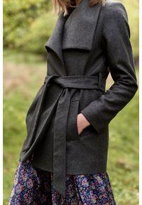 Marie Zélie - Płaszcz wełniany Adela ciemnozielony. Kolor: zielony. Materiał: wełna. Długość rękawa: długi rękaw. Długość: krótkie. Wzór: motyw zwierzęcy, ze splotem. Sezon: zima #7