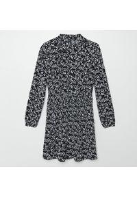 Cropp - Plisowana sukienka w kwiaty - Czarny. Kolor: czarny. Wzór: kwiaty