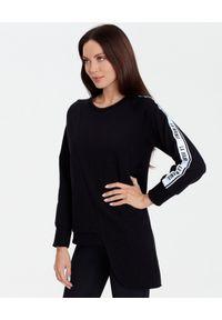 LA MANIA - Czarna bluza o asymetrycznym kroju Jari. Kolor: czarny. Materiał: dresówka, polar. Wzór: aplikacja #5