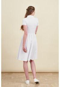 Marie Zélie - Sukienka Polo marszczona biała krótki rękaw. Okazja: na co dzień, do pracy. Typ kołnierza: polo. Kolor: biały. Materiał: dzianina, materiał, bawełna. Długość rękawa: krótki rękaw. Typ sukienki: proste, sportowe. Styl: sportowy, klasyczny, wakacyjny, casual