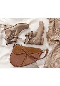 Zapato - botki - skóra naturalna - model 458 - kolor cappuccino. Okazja: na co dzień. Nosek buta: okrągły. Zapięcie: bez zapięcia. Materiał: skóra. Szerokość cholewki: normalna. Wzór: aplikacja, nadruk. Obcas: na obcasie. Styl: casual, klasyczny, elegancki. Wysokość obcasa: niski