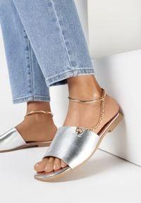 Born2be - Srebrne Klapki Kimosis. Nosek buta: otwarty. Kolor: srebrny. Wzór: aplikacja. Obcas: na obcasie. Wysokość obcasa: niski