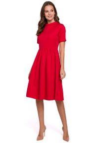 MAKEOVER - Czerwona Rozkloszowana Sukienka z Wykładanym Kołnierzykiem. Kolor: czerwony. Materiał: poliester, elastan