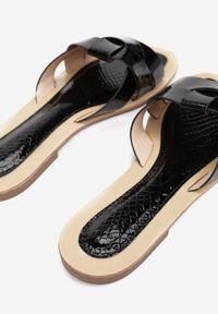 Renee - Czarne Klapki Stamaestus. Nosek buta: okrągły. Kolor: czarny. Materiał: skóra. Wzór: paski. Obcas: na obcasie. Wysokość obcasa: niski