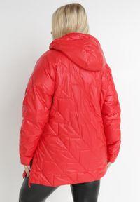 Born2be - Czerwona Kurtka Yorialle. Kolor: czerwony. Materiał: tkanina. Długość: długie. Wzór: aplikacja