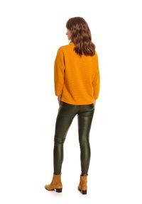 TOP SECRET - Prążkowana, nierozpinana bluza z golfem. Typ kołnierza: golf. Kolor: żółty. Materiał: prążkowany. Długość rękawa: długi rękaw. Długość: długie. Wzór: aplikacja. Sezon: zima