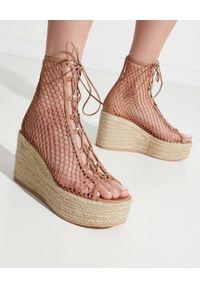 Brązowe sandały na platformie, w ażurowe wzory