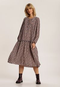 Renee - Granatowo-Różowa Sukienka Iphisvia. Typ kołnierza: kokarda. Kolor: niebieski. Długość rękawa: długi rękaw. Wzór: kwiaty. Sezon: jesień, wiosna