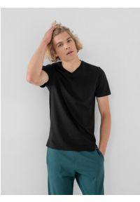outhorn - T-shirt z dekoltem w serek męski. Okazja: na co dzień. Typ kołnierza: dekolt w serek. Materiał: bawełna, jersey, materiał. Wzór: gładki, aplikacja. Styl: casual