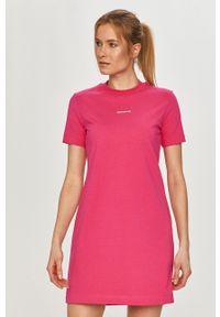 Calvin Klein Jeans - Sukienka. Okazja: na co dzień. Kolor: różowy. Materiał: bawełna, dzianina. Długość rękawa: krótki rękaw. Typ sukienki: proste. Styl: casual