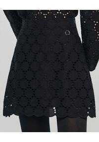 ANIA KUCZYŃSKA - Czarna mini spódniczka z koronki Rosa. Stan: podwyższony. Kolor: czarny. Materiał: koronka. Wzór: koronka. Styl: klasyczny