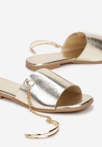 Born2be - Złote Klapki Kimosis. Nosek buta: otwarty. Kolor: złoty. Wzór: aplikacja. Obcas: na obcasie. Wysokość obcasa: niski