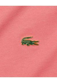 Lacoste - LACOSTE - Różowa luźna koszulka z logo Unisex Fit. Okazja: na co dzień. Kolor: różowy, wielokolorowy, fioletowy. Materiał: bawełna, jersey. Wzór: aplikacja. Styl: casual