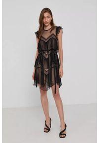 TwinSet - Plisowana, krótka tiulowa sukienka z falbanką. Typ kołnierza: kołnierz z falbankami. Kolor: czarny. Materiał: tiul. Typ sukienki: asymetryczne. Długość: mini