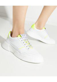 PREMIUM BASICS - Sneakersy z żółtą piętą Fluo. Kolor: biały. Szerokość cholewki: normalna. Wzór: aplikacja