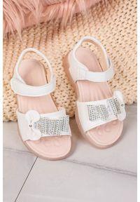 Białe sandały Casu eleganckie, na rzepy, w kolorowe wzory, na lato