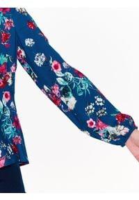 TOP SECRET - Bluzka o luźnym kroju, w kwiatowy wzór. Okazja: na co dzień. Typ kołnierza: dekolt w serek. Kolor: niebieski. Długość rękawa: krótki rękaw. Długość: długie. Wzór: kwiaty. Sezon: lato, wiosna. Styl: casual