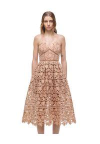 SELF PORTRAIT - Sukienka midi z koronką. Kolor: beżowy. Materiał: koronka. Długość rękawa: na ramiączkach. Wzór: koronka. Długość: midi