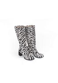 Zapato - kozaki na słupku - skóra naturalna - model 154 - kolor zebra. Okazja: do pracy, na co dzień, na randkę, na spotkanie biznesowe. Zapięcie: bez zapięcia. Materiał: skóra. Szerokość cholewki: normalna. Wzór: motyw zwierzęcy. Sezon: lato, jesień, wiosna, zima. Obcas: na słupku. Styl: boho, casual, biznesowy. Wysokość obcasa: średni