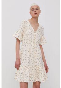Billabong - Sukienka. Kolor: beżowy. Materiał: tkanina. Długość rękawa: krótki rękaw. Typ sukienki: rozkloszowane