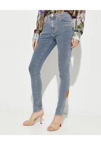 OFF-WHITE - Dopasowane jeansowe spodnie. Stan: podwyższony. Kolor: niebieski. Wzór: aplikacja. Styl: sportowy