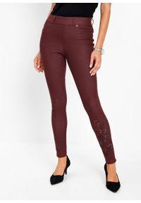Czerwone jeansy bonprix z haftami