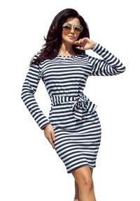 Numoco - Dopasowana Sukienka z Wiązanym Paskiem - Granatowo-Biała. Kolor: niebieski, biały, wielokolorowy. Materiał: poliester, elastan
