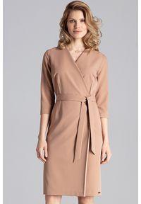 Figl - Elegancka sukienka z kopertowym dekoltem i wiązaniem brązowa. Okazja: do pracy, na spotkanie biznesowe. Kolor: brązowy. Typ sukienki: kopertowe. Styl: elegancki